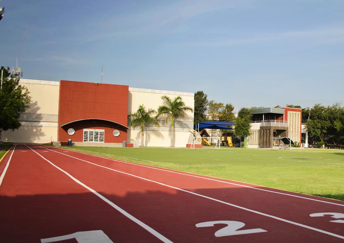 Amplias áreas deportivas y de recreación